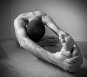Mann beim Stretching