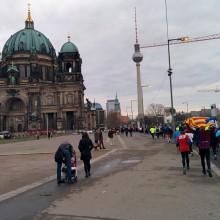 Berliner Dom und Fernsehturm beim 43. Neujahrslauf in Berlin