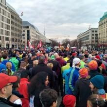 Start des Neujahrslaufs in Berlin am Pariser Platz